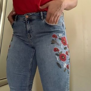 Skinny jeans with red flowers